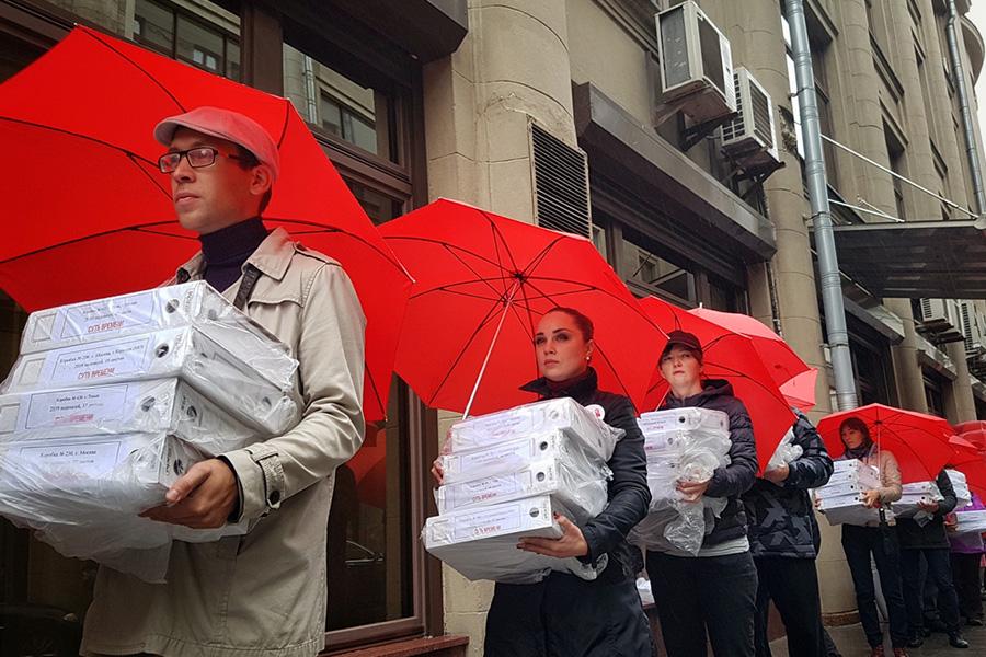 Передача подписей против пенсионной реформы в Администрацию президента. Все фотографии предоставлены движением «Суть времени»