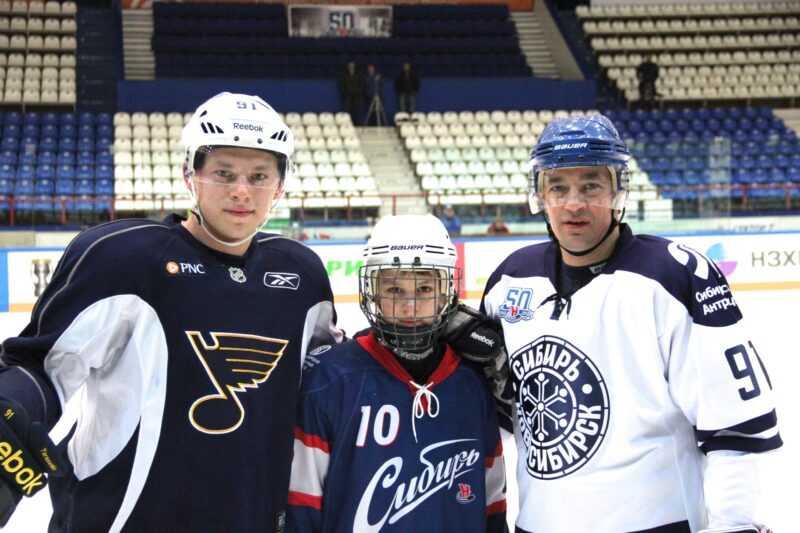 Андрей Тарасенко (справа) продолжит работу в тренерском штабе «Сибири». Фото предоставлено Юлией Тарасенко
