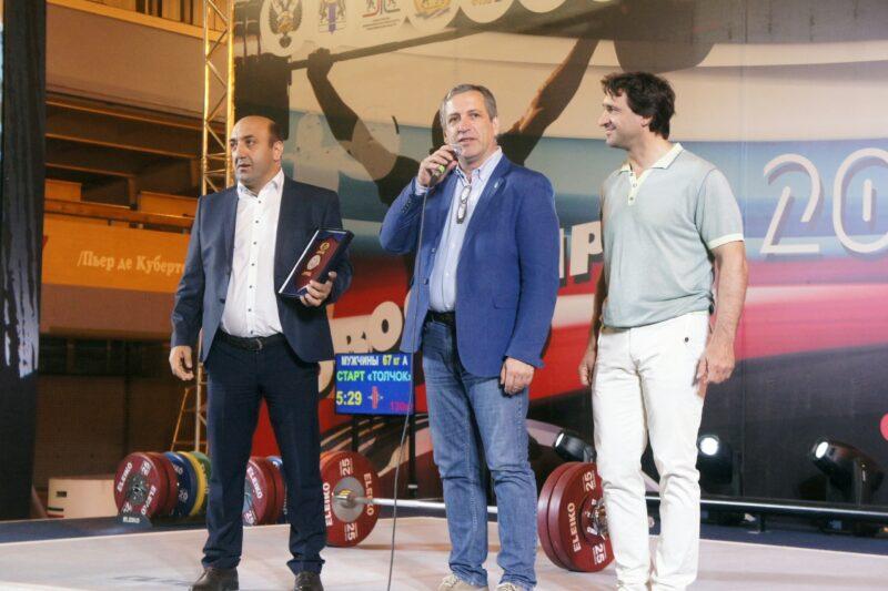 Президент Европейской федерации тяжелой атлетики Антонио Урсо (в центре) посетил чемпионат России в Новосибирске