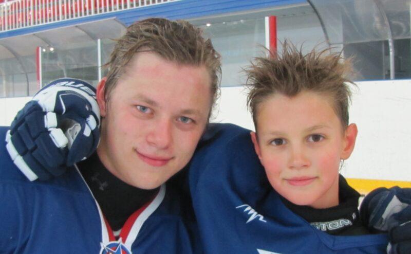 Владимир Тарасенко (слева) с младшим братом Валентином в 2011 году. Фото из семейного архива Тарасенко