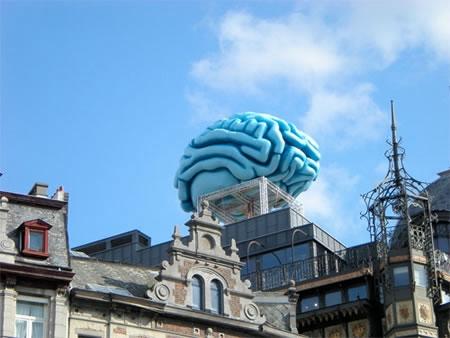 Мозг на крыше здания Art Nouveau в Брюсселе, Бельгия