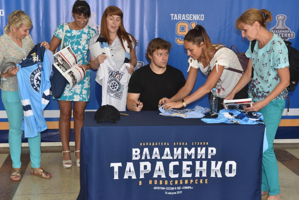 Владимир Тарасенко продемонстрировал Кубок Стэнли вНовосибирске сотцом идедушкой