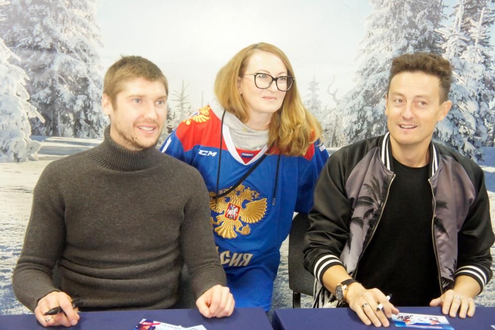 Сергей Бобровский (слева) и Станислав Ярушин в течение часа раздавали автографы новосибирцам и гостям города