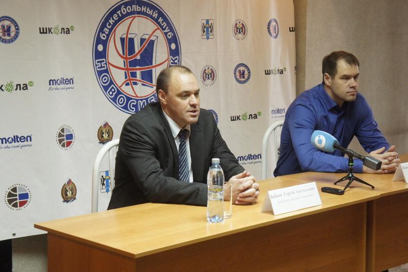 Первые лица БК «Новосибирск» — гендиректор Сергей Бабков (слева) и главный тренер Владимир Певнев — находятся в задумчивости