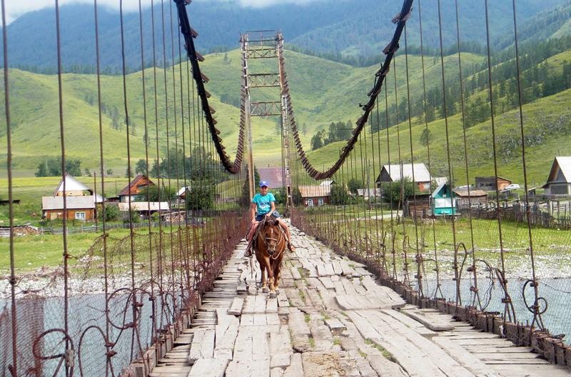 Тюнгурский мост— мост через реку Катунь, соединяющий Кучерлу с селом Тюнгур, 2015 год.