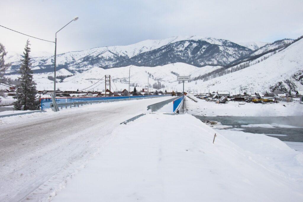 Накануне в соц. сетях появились фотографии нового, уже сданного моста через реку Катунь в селе Тюнгур в Республике Алтай. Старый мост разбирают.