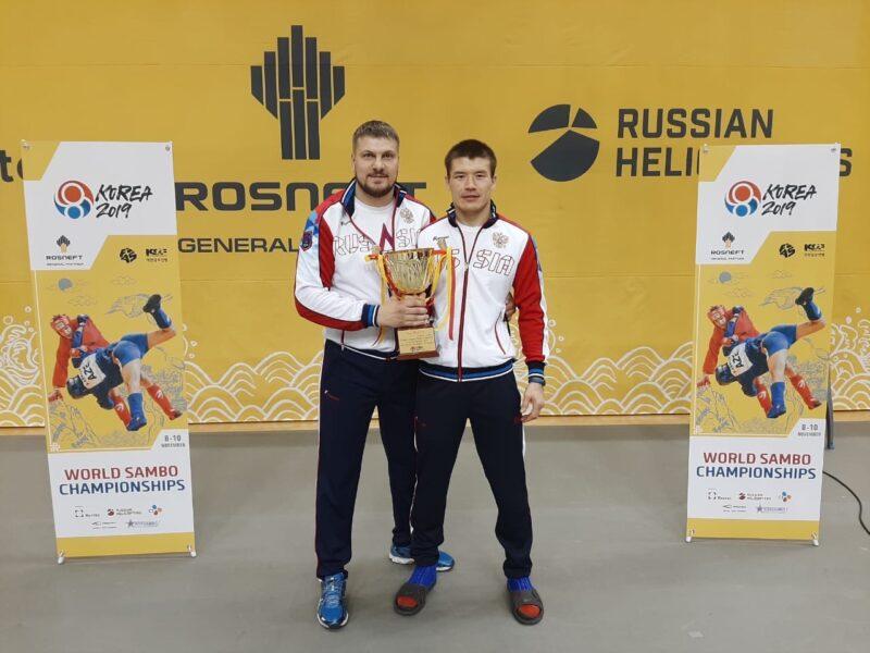 Степан Кобенов (справа) и его тренер Дмитрий Постников на победном чемпионате мира в Сеуле. Фото предоставлено Новосибирской региональной федерацией самбо