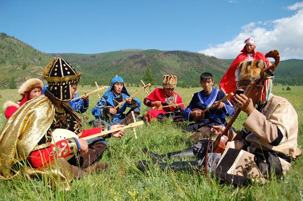 Алтайские шаманы во время одного из ритуалов