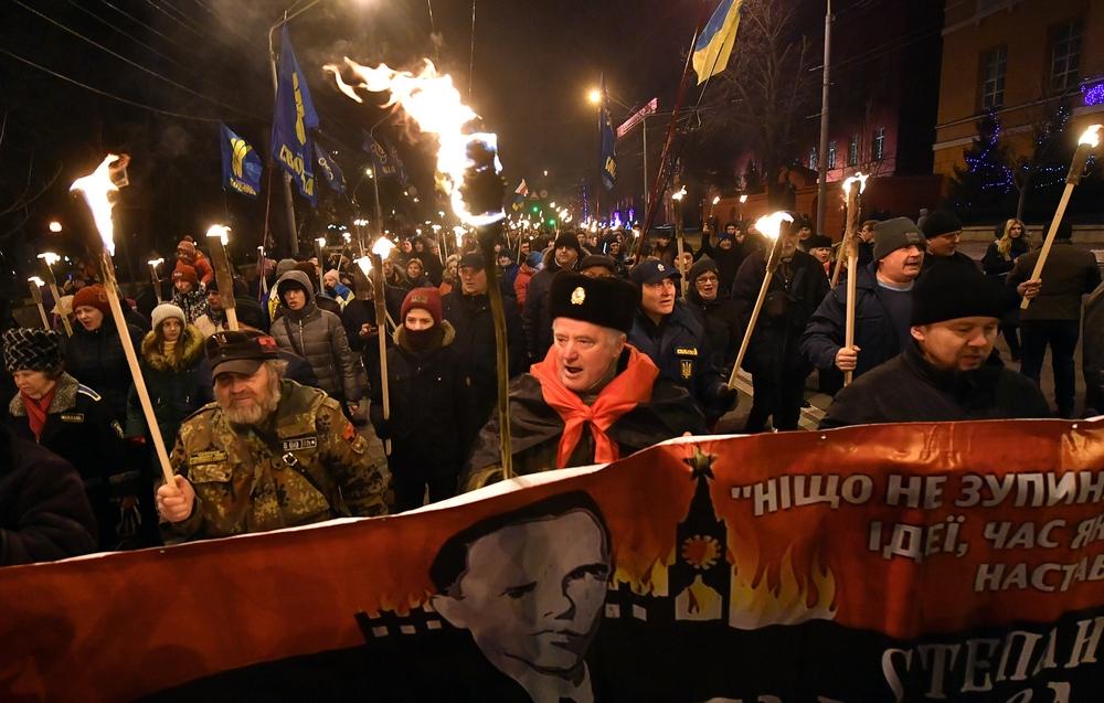 Факельное шествие в Киеве 1 января 2020 года. На главном плакате - Крайний украинский националист Степан Бандера, которого многие небезосновательно называют убежденным фашистом