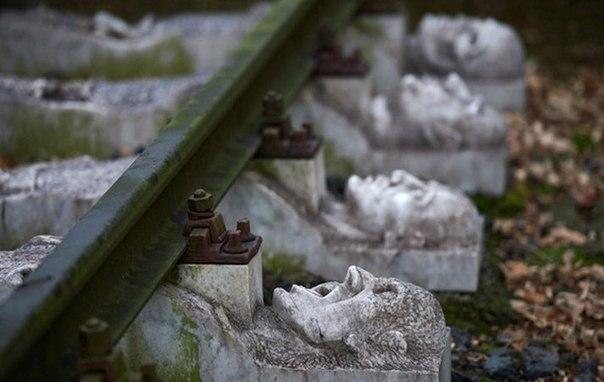 Мемориал, находящийся в немецком городке Шверте на месте фашистского концентрационного лагеря (филиал Бухенвальде), в котором за время правления Гитлера было уничтожено около 250 000 человек.