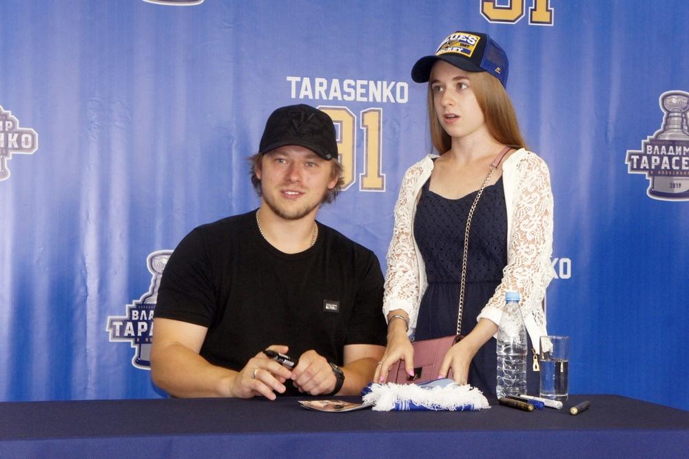 Владимир Тарасенко и болельщица. Фото автора