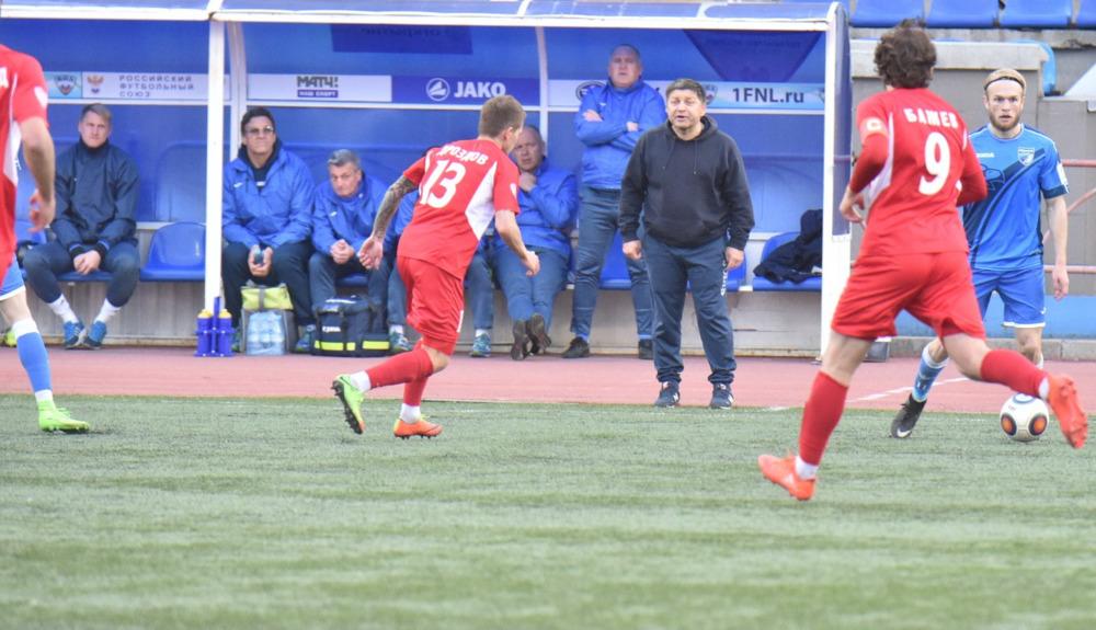 Сергей Кирсанов (тренер в центре). Фото Алексея Игнатовича