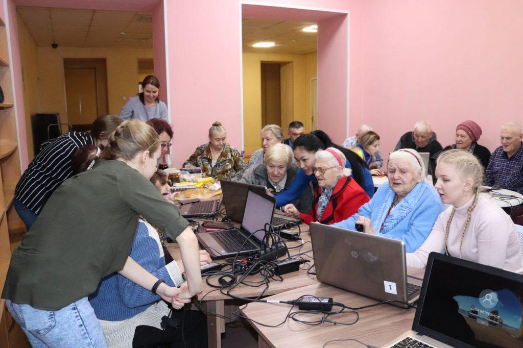 Занятия по освоению компьютера в Новосибирском Доме ветеранов. Фото: ndvnso.ru