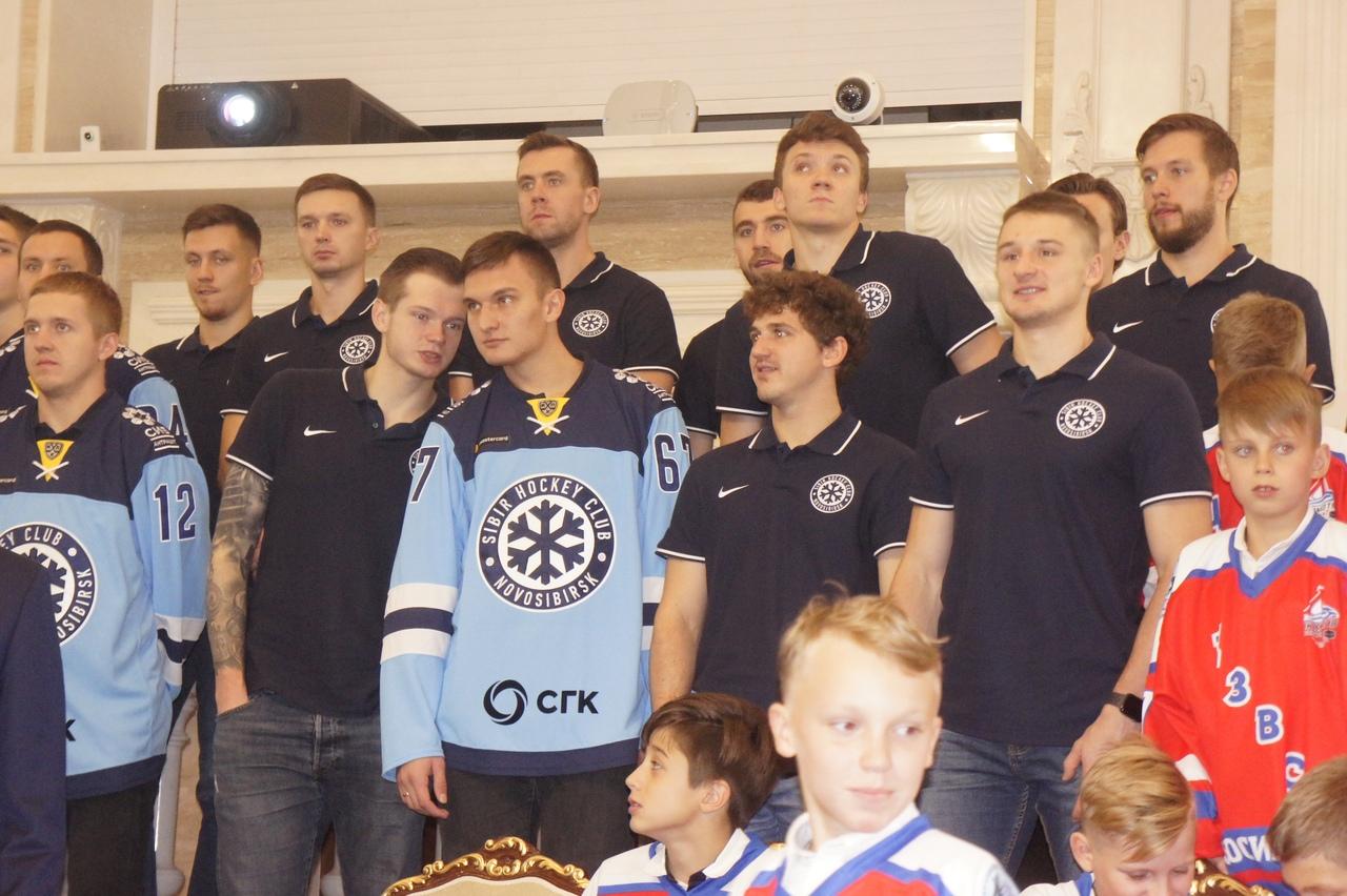 Перед началом сезона «Сибирь» побывала на приеме в правительстве Новосибирской области. Фото автора