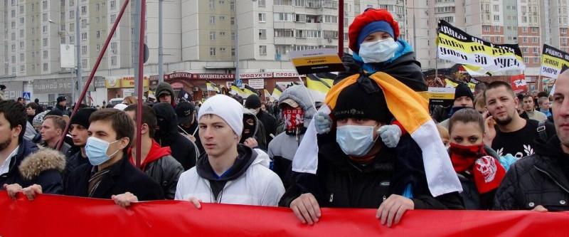 Участники массового шествия в медицинских масках, 2011 год. Фото: vitalidrobishev.livejournal.com