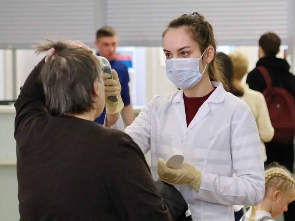 Медики Новосибирска посещают самоизолированных на такси