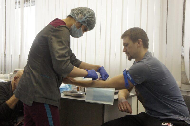 Нападающий «Сибири» Дмитрий Саюстов сдает кровь. Фото автора
