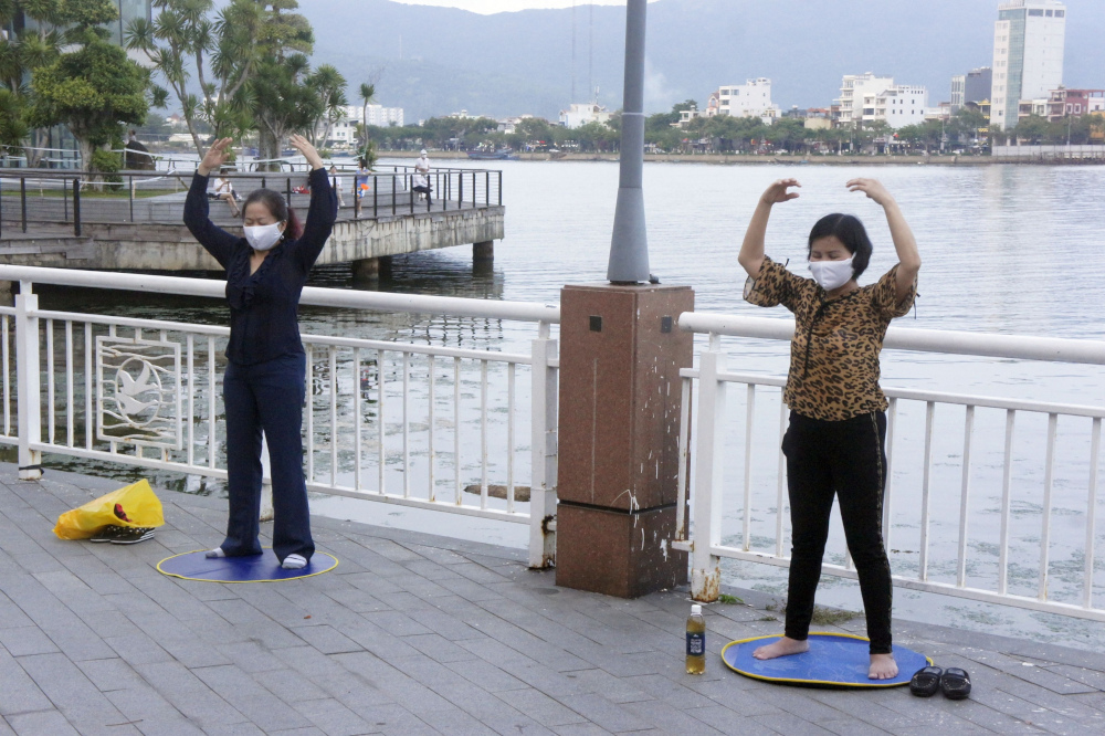 Гражданки Вьетнама медитируют в попытках прогнать зловещий коронавирус