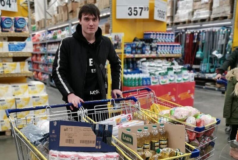 Защитник «Сибири» Илья Морозов с продуктами для нуждающихся. Фото из Instagram Алексея Красикова