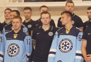 В начале сезона в Новосибирск приезжал известный вратарь Сергей Бобровский (слева). Фото автора
