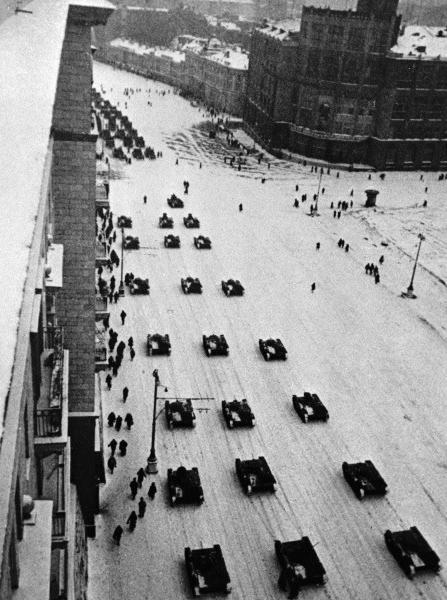Танки, идущие после парада на фронт. На параде 1941 года Иосиф Сталин сказал: «Великая освободительная миссия выпала на вашу долю. Будьте же достойными этой миссии!».