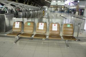Сиденья в опустевшем аэропорту Бангкока размечены в соответствии с принципом социальной дистанции