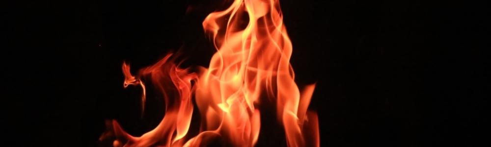 огонь на черном фоне