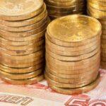 Монеты сложены на купюры