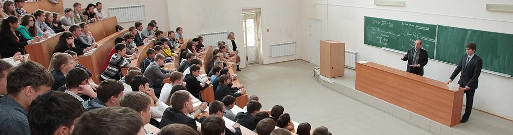 Студенты сидят в аудитории на лекции
