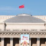 Над куполом оперного театра установили Знамя Победы