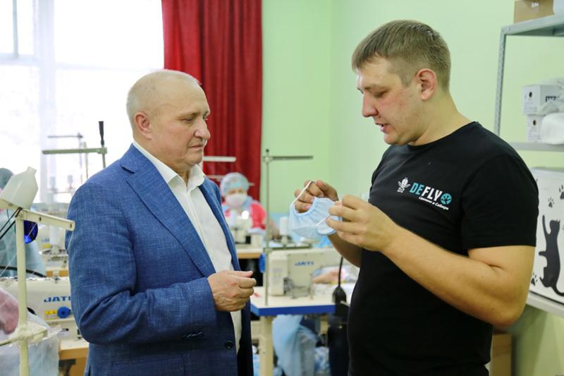 Николай Мамулат на новом производстве защитных масок в Бердске