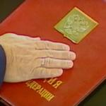 Рука Путина на Конституции РФ во время инаугурации. Кадр из фильма