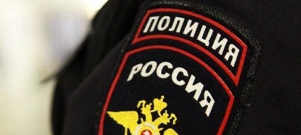 Полицейская форма с шевронами на девушке