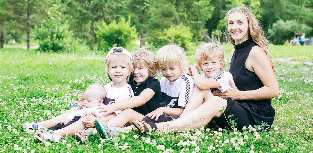 Семья Чезгановых, Новосибирск (мама Ольга, Данил -- 8 лет, Эвелина -- 6 лет, Илья -- 3 года, Злата -- 4 года, Оливия -- 2 месяца)