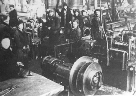 На металлургическом заводе имени Кузьмина трудятся женщины и дети