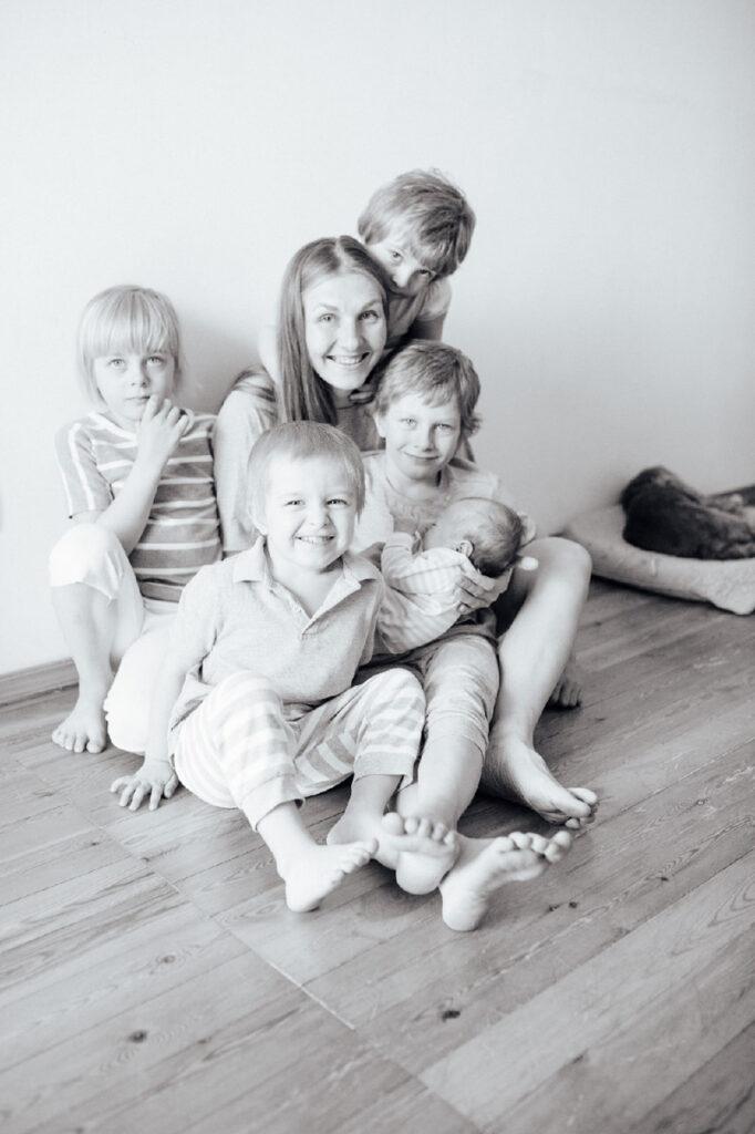 Семья Чезгановых, Новосибирск (мама Ольга, Данил -- 8 лет, Эвелина -- 6 лет, Илья -- 3 года, Злата -- 4 года, Оливия -- 2 месяца) Фото: Наталья Коледа