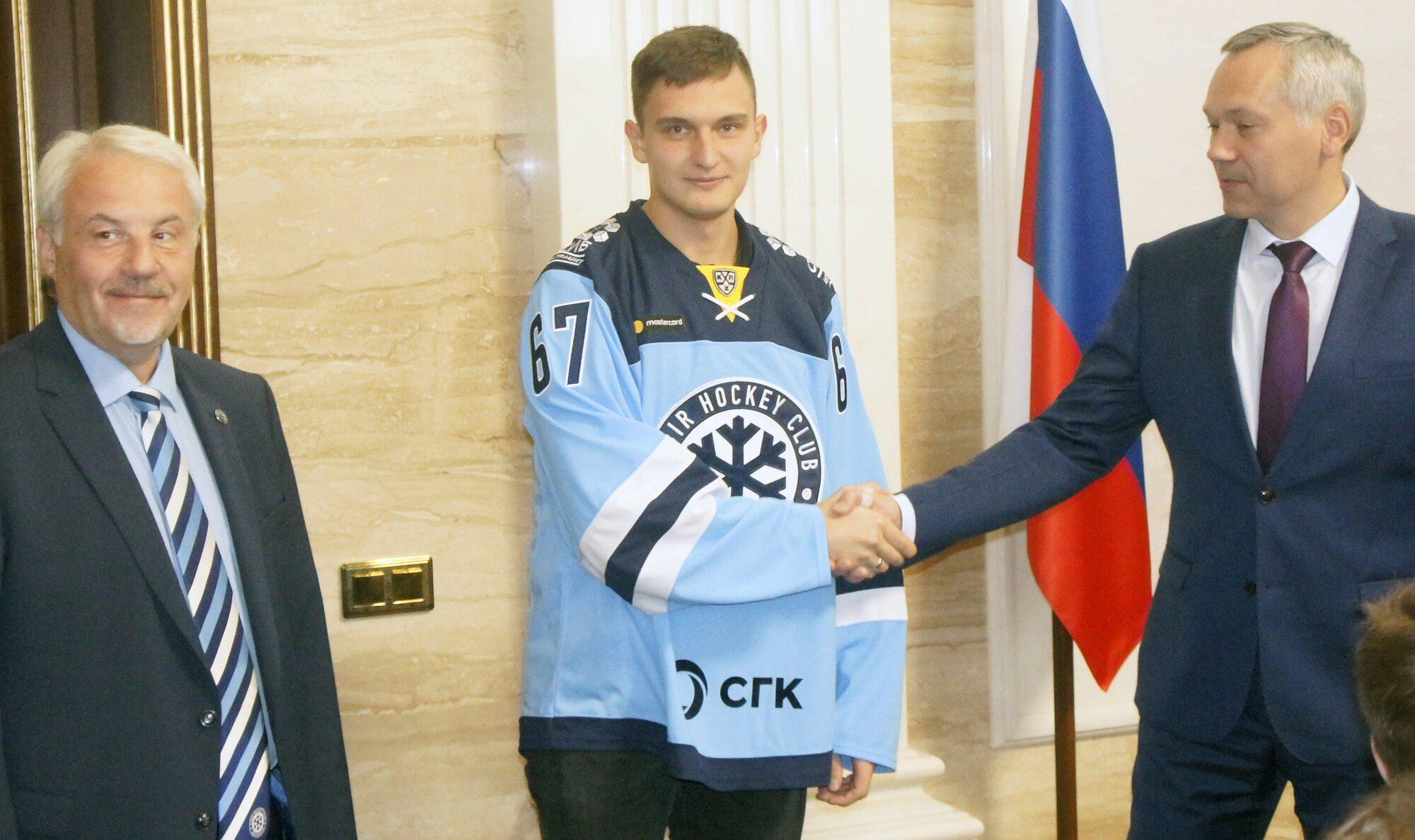 Защитник Андрей Ермаков продолжит носить свитер «Сибири». Фото автора