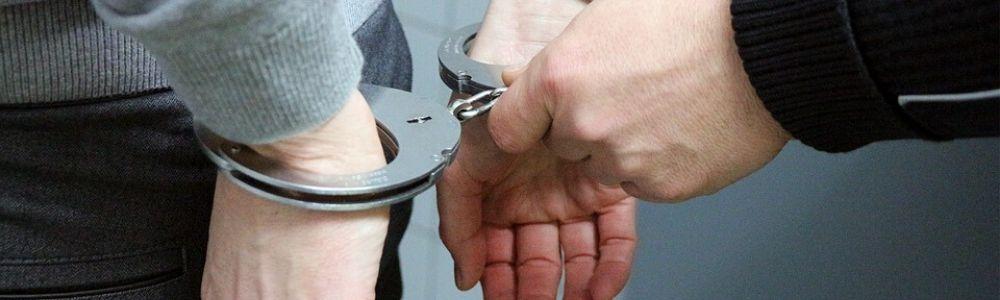 надевает наручники полиция