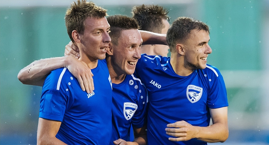 Футболисты «Новосибирска» празднуют забитый мяч. Фото из официальной группы ФК «Новосибирск» ВКонтакте