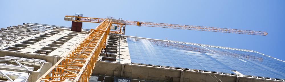 Кран у строящегося здания