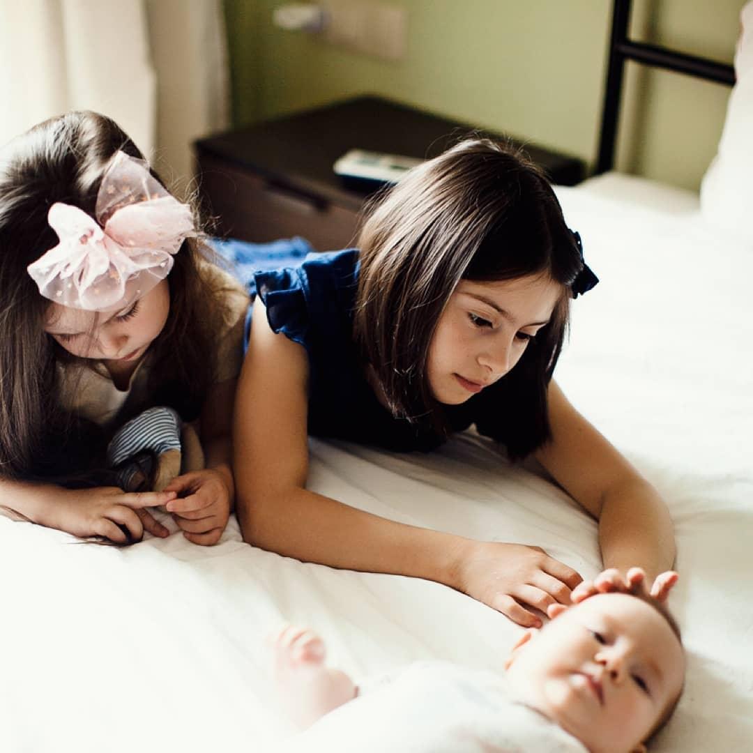 София Дарбинян с сестрами. Фото: www.instagram.com/helpsofiadarbinyan