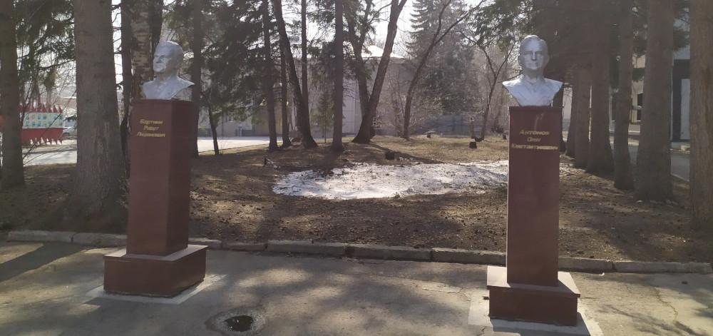 Бюсты Антонова и Бартини на территории СибНИА