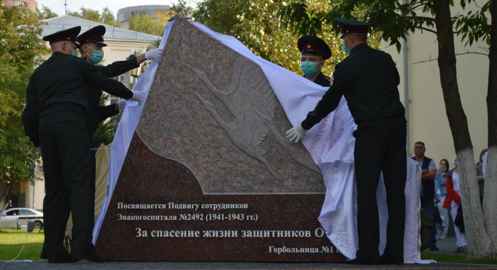 На территории Новосибирской Горбольницы открыли памятник врачам-героям