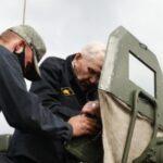 Военные Сибири устроили сюрприз ветерану войны и прокатили его на танке Т-72Б3