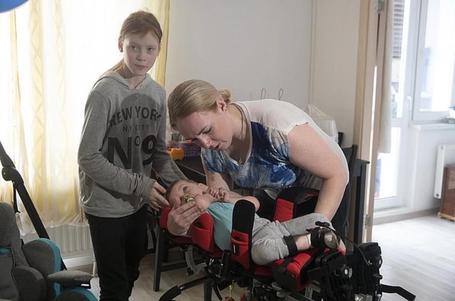"""Саша Лабутин с мамой и сестрой. Фото: Алексей Булатов, """"Комсомольская правда"""""""
