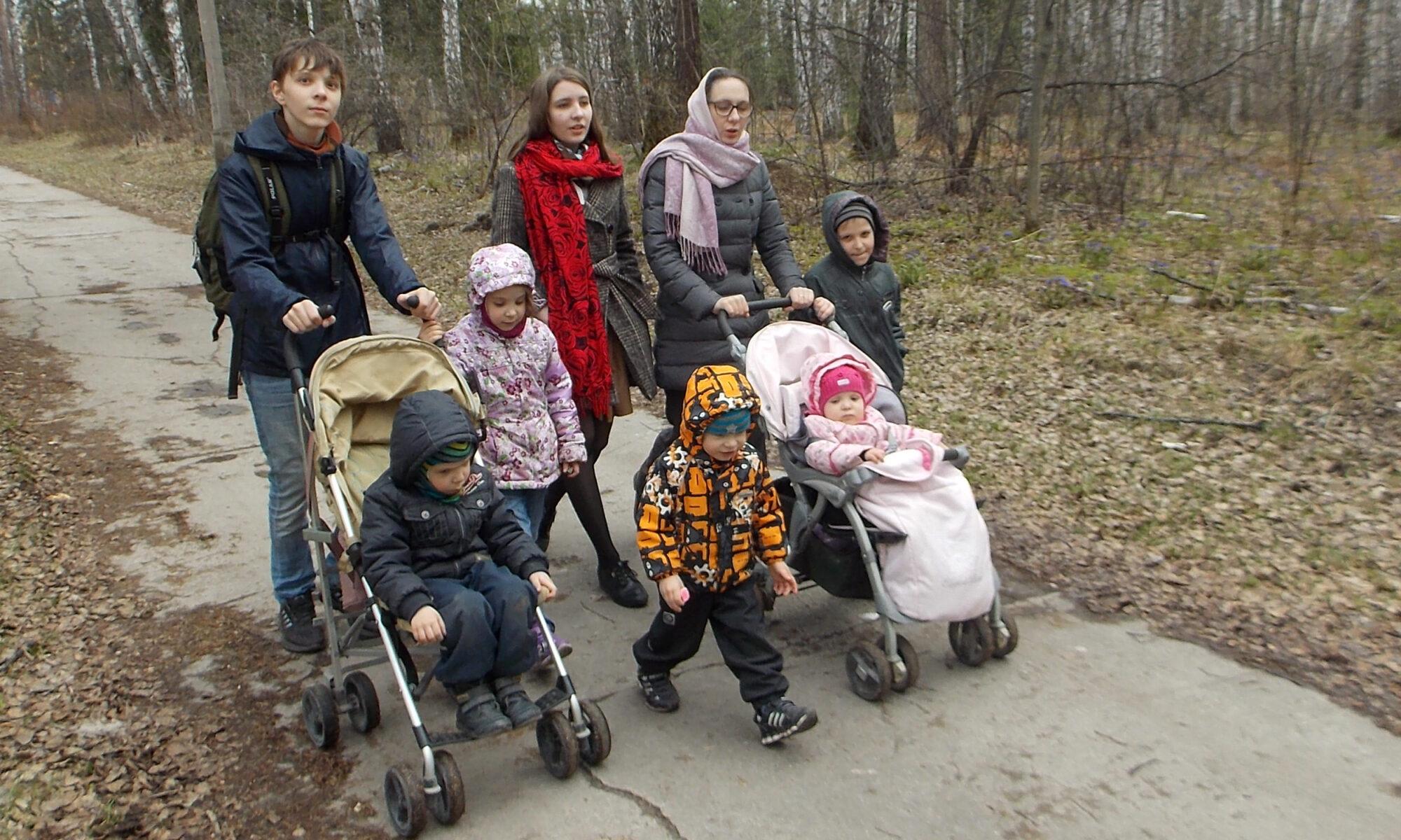 Семья Андреевых на прогулке