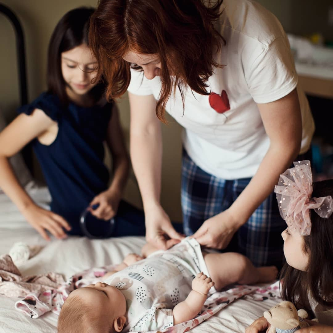 София Дарбинян с мамой и сестрами. Фото: www.instagram.com/helpsofiadarbinyan