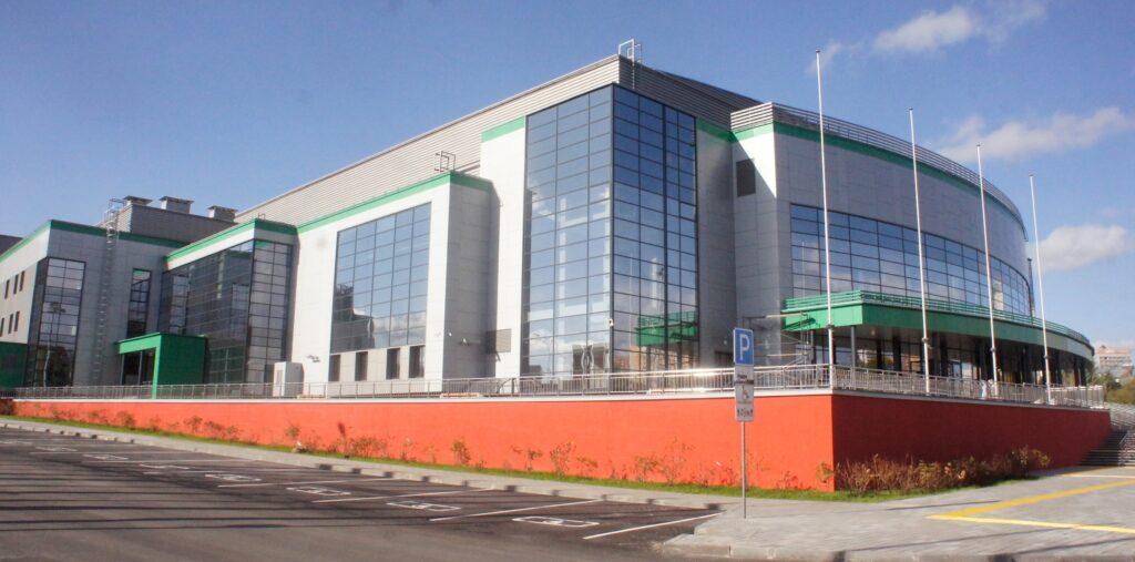 Своими очертаниями здание напоминает локомотив
