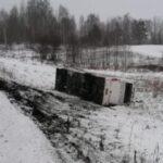 В Кузбассе автобус с пассажирами съехал с трассы и перевернулся