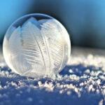 капля воды на снегу , мороз